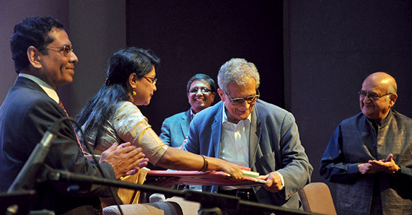 Rehman Sobhan (right), Matiur Rahman (centre) and Mustafizur Rahman greets Amrtya Sen (centre) receiving a token from Singer Rezwana Choudhury Bannya who sang Tagore Songs before the lecture.