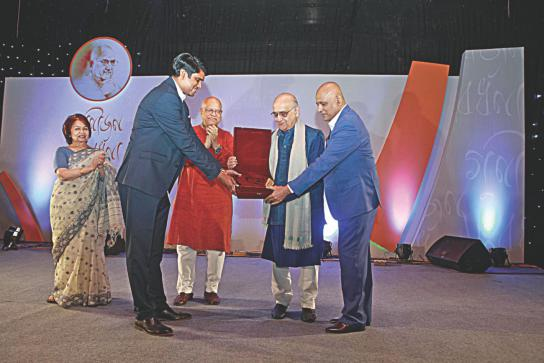 Prof Rehman Sobhan receives a citation from BIDS Director General KAS Murshid, right, and Bonik Barta Editor Dewan Hanif Mahmud, left, while Finance Minister AMA Muhith and Prof Sobhan's wife Prof Rounaq Jahan look on, during a programme at Sonargaon hotel in the capital Thursday night. Bangla daily Bonik Barta and the Bangladesh Institute of Development Studies (BIDS) felicitated the economist for his contribution to nation building. Photo: Star